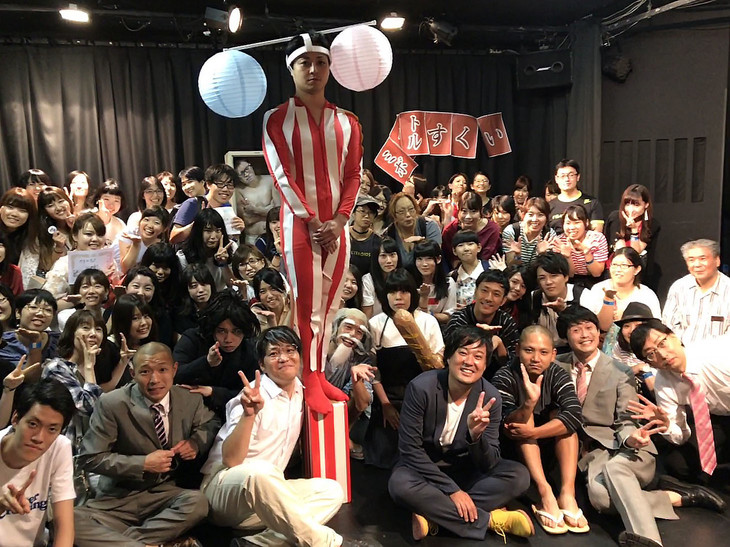 「帰ってきた【みとぼる村】の夏祭り」の出演者と来場者たち。