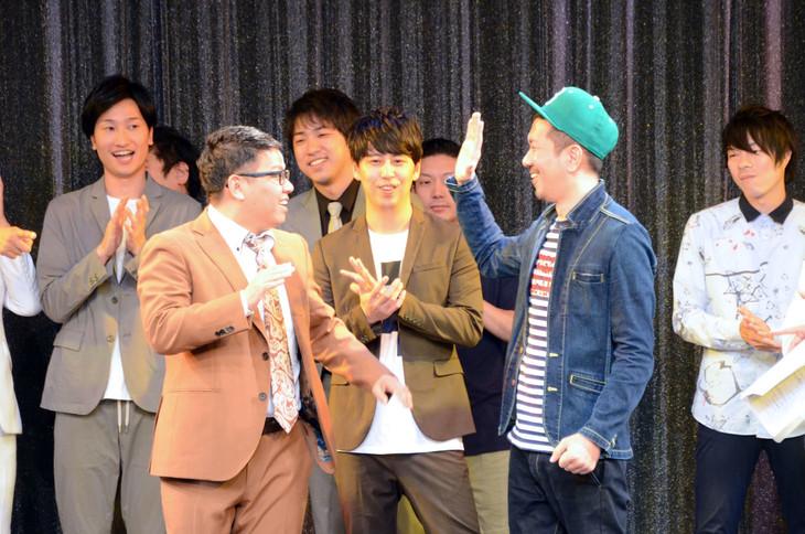 優勝し、喜びのあまりハイタッチを促す笑撃戦隊・柴田(右)と相方を務めたミキ昴生(左)。