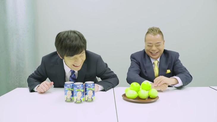 「明日のレモンサワー」と「明日のウメサワー」のCMで共演する(左から)内村光良、出川哲朗。