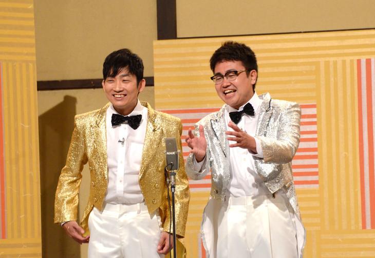 1989年を題材にした漫才を披露するNON STYLE石田(左)と銀シャリ橋本(右)。
