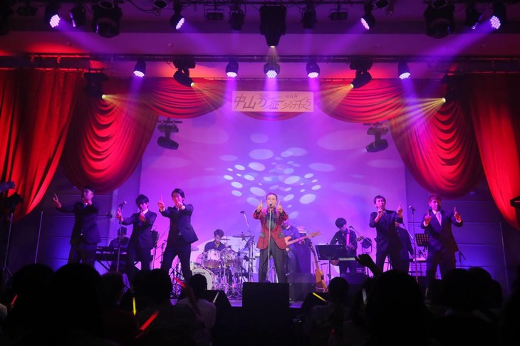 「50th Anniversary Live」に出演した中山秀征(中央)とジャナイズ5。