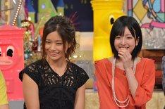左から安枝瞳、須藤凜々花。(c)読売テレビ