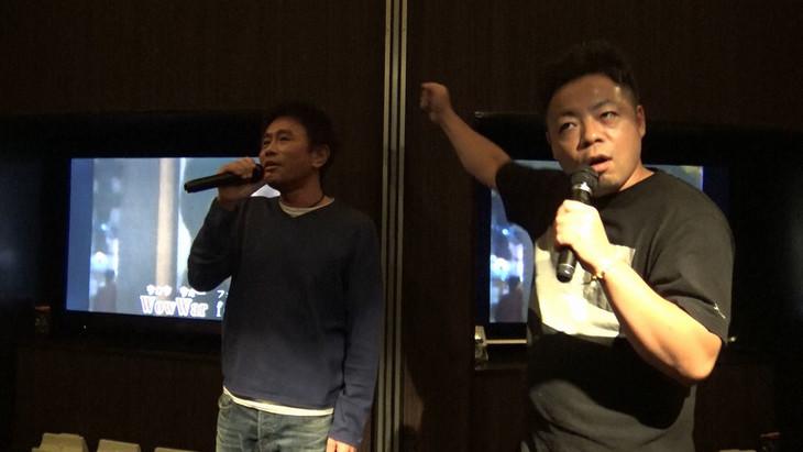歌う浜田雅功(左)とダイアン西澤(右)。(c)MBS