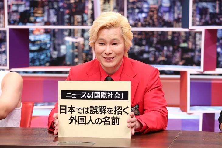 「採用!フリップNEWS」に出演する、メイプル超合金カズレーザー。(c)中京テレビ