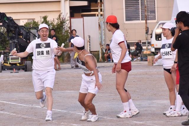 「チーム対抗リレー」で、アキラ100%(左から2人目)にバトンを受け渡すバナナマン設楽(左端)。