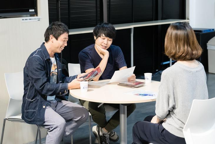 森東広告堂への依頼を請けるさらば青春の光・森田(左)と東ブクロ(中央)。