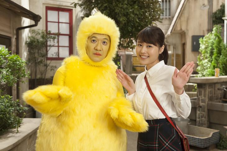 巨大ひよこ役の内村光良(左)と、「ひよっこ」ヒロインの有村架純(右)。(c)NHK