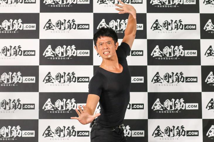 「金剛筋シャツ」アンバサダー就任会見に出席した品川庄司・庄司。