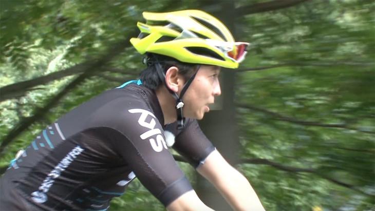 自転車ロケに挑む有吉弘行。(c)テレビ東京