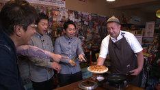 餃子を楽しむ有吉弘行ら。(c)テレビ東京