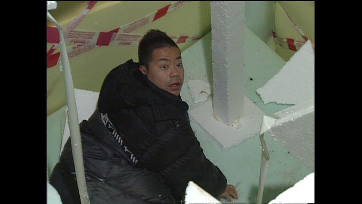 14年前、ロシアで落とし穴に落ちて唖然とする出川哲朗。(c)テレビ朝日