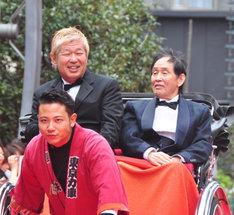 人力車に乗って舞台挨拶に登場した土屋敏男監督(左)と萩本欽一(右)。