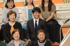 応援席のロザン菅(中央)。(c)ABC