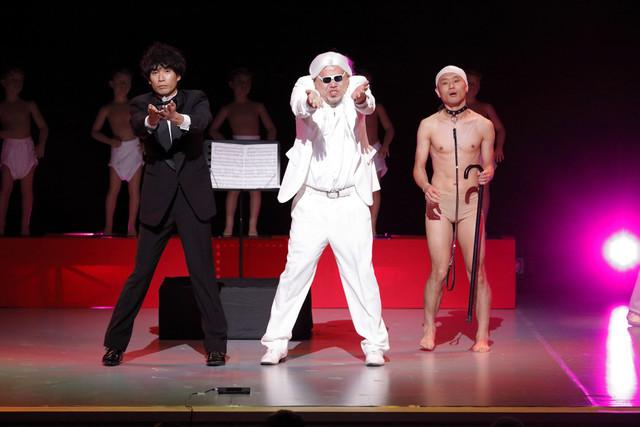 踊るベンジャミン・ボーナスと、アダチ(左)、カルキン(右)。