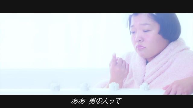 おかずクラブが出演するPR動画「Bathroom Dance」のワンシーン。