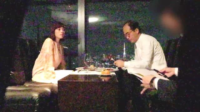 ポッキーダブルのPR動画「筧美和子&トレエン斎藤 禁断のシェアハピ」のワンシーン。