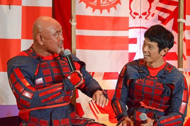 左から武藤敬司、品川庄司・庄司。