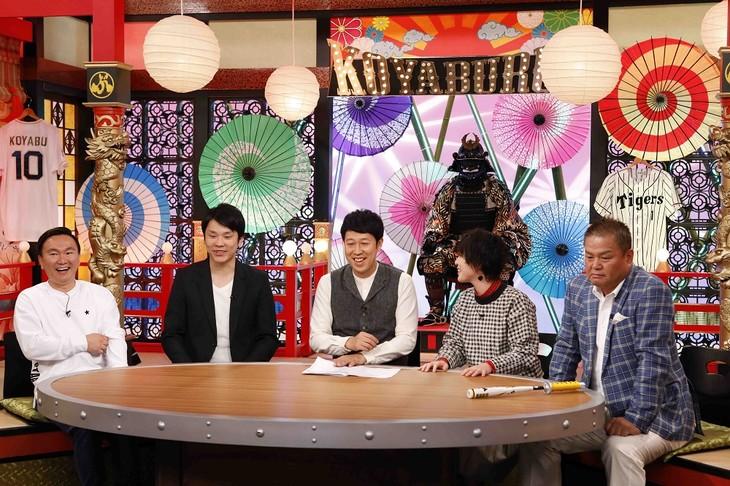 「コヤぶるッ!SPORTS」初回に出演する、(左から)かまいたち、小籔千豊、宇都宮まき、金村義明。(c)関西テレビ