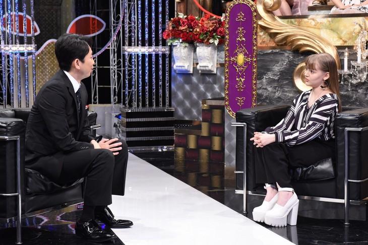 左から有吉弘行、ダコタ・ローズ。(c)日本テレビ