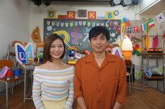 「DTテレビ」MCのチュートリアル徳井(右)と朝日奈央。(c)AbemaTV