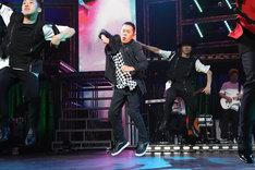 三浦大知のライブでダンスを披露するナインティナイン岡村(中央)。(c)フジテレビ