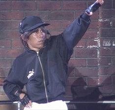 「岡村オファーシリーズ」第1弾よりSMAPのコンサートで踊るナインティナイン岡村。(c)フジテレビ