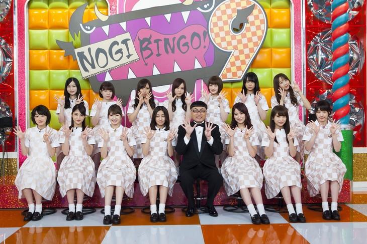 イジリー岡田と乃木坂46。(c)「NOGIBINGO!9」製作委員会