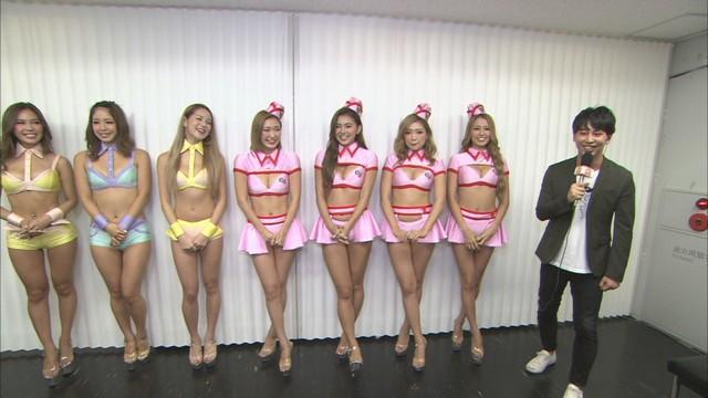 話題の美女ダンス集団をリポートする、ニューヨーク屋敷(右端)。(c)CBC