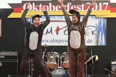 「爆チュー問題」のコントを披露する、(左から)爆笑問題・太田、香取慎吾。(c)フジテレビ