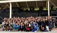 JR只見線会津柳津駅での記念撮影の様子。