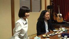 ピース又吉と吉澤嘉代子(左)。