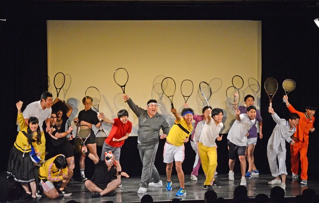 エキストラを大量に投入したテニス部コントのワンシーン。