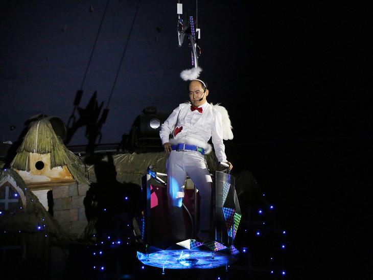 天使の格好をしたトレンディエンジェル斎藤がゴンドラに乗って登場する場面。
