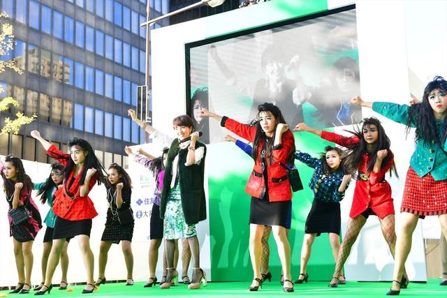 大阪府立登美丘高校ダンス部と荻野目洋子によるスペシャルコラボの様子。