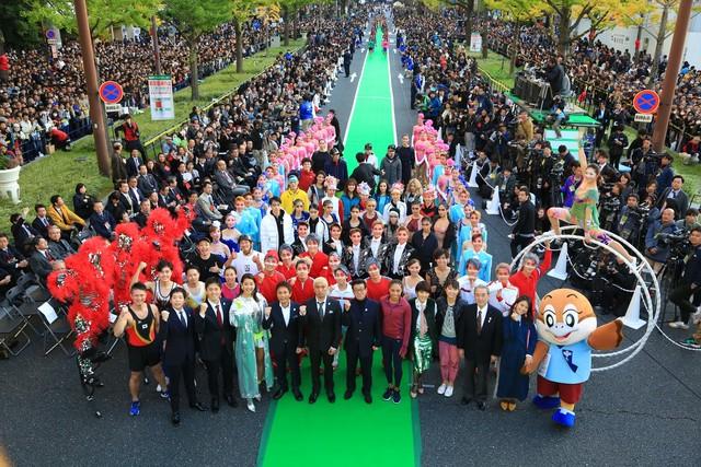 「御堂筋オータムパーティー2017 御堂筋ランウェイ」に登場したダウンタウン(前列中央)ら。