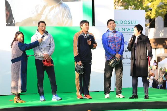 (左から)福本愛菜、元プロ野球選手の黒田博樹、石井一久、斎藤隆と、今田耕司。