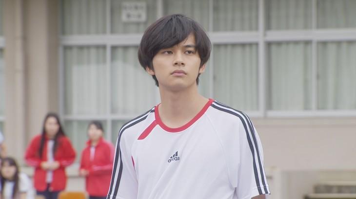 高校時代の明石家さんまを演じる北村匠海。(c)日本テレビ