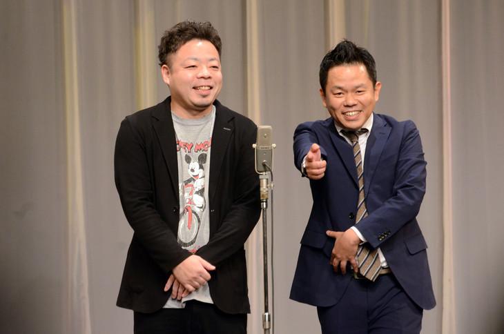 ダイアン。津田(右)が来場者にすーを差し上げた場面。