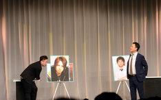 トークコーナーで西澤(左)を見失う津田(右)。