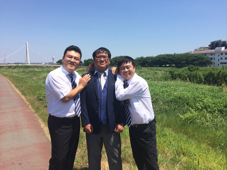 左からアンタッチャブル山崎、カンニング竹山、次長課長・河本。(c)2017 熱血!ガチギレ竹八先生製作委員会