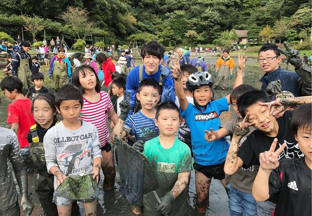 光の丘水辺公園の池の水を抜くココリコ田中。(c)テレビ東京