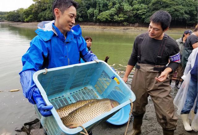 作業する小泉孝太郎(左)。(c)テレビ東京
