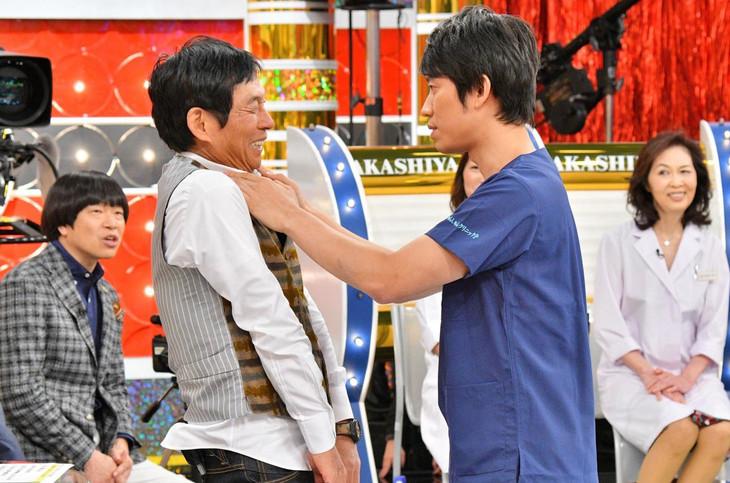 明石家さんま(左)を診察するしゅんしゅんクリニックP(右)。(c)MBS