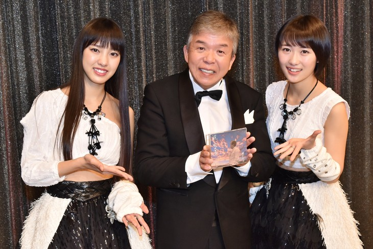 村上ショージ(中央)の新曲「遠い空の下で」のリリースを祝う、モーニング娘。'17の飯窪春菜(左)と工藤遥(右)。