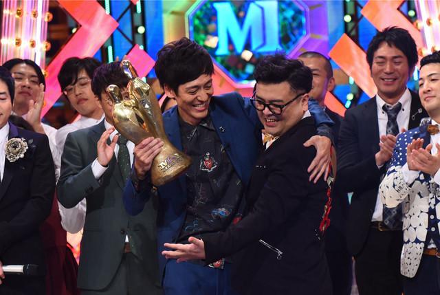 「M-1グランプリ2017」で優勝した、とろサーモン。(c)ABC