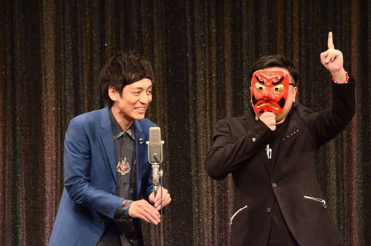 とろサーモン。久保田(右)は天狗のお面を装着して登場し、会場を盛り上げた。