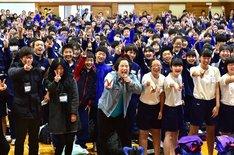 ゆりやんレトリィバァ(中央)と「第5回 全国小・中学校リズムダンスふれあいコンクール」参加者たち。(c)TBS