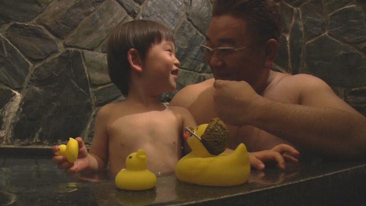 風呂を借りるサンドウィッチマン伊達(右)。(c)NHK