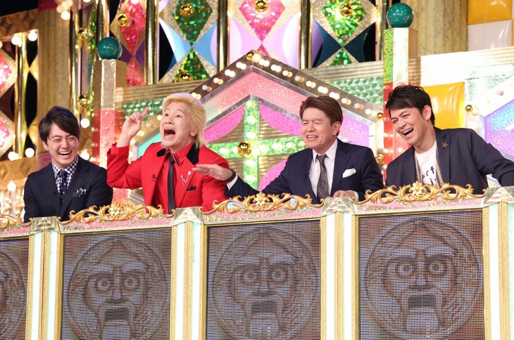 左から梅澤廉アナウンサー、メイプル超合金カズレーザー、ヒロミ、ますだおかだ岡田。(c)日本テレビ