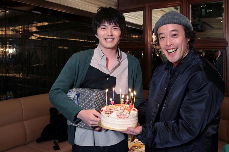 誕生日の林遣都(左)を祝うエレキコミックやつい(右)。(c)関西テレビ